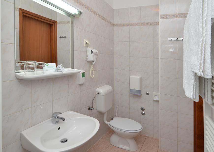 Economy jednokrevetna soba kupaona hotel Neboder